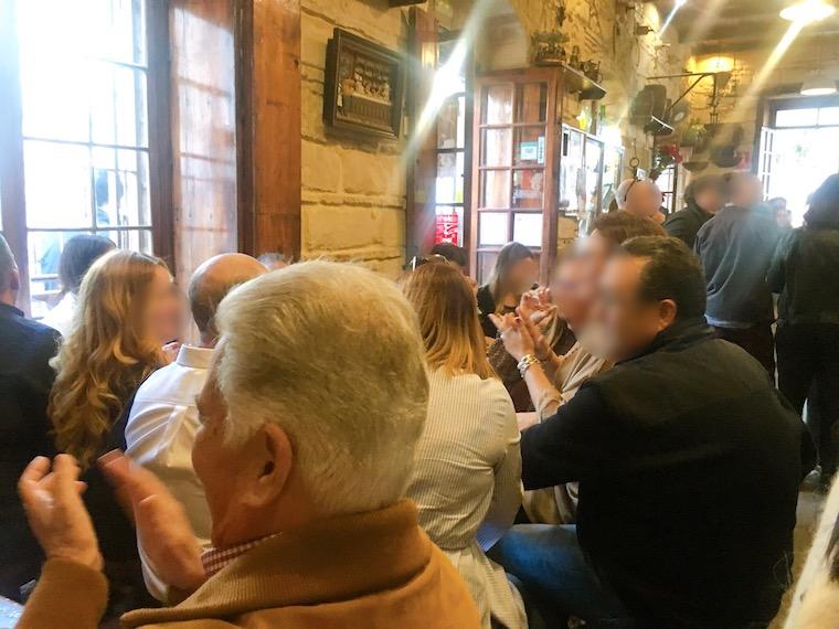 ヘレスのバルでビジャンシーコを歌う人々