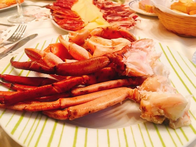 スペイン年末の家族の食事のカニ