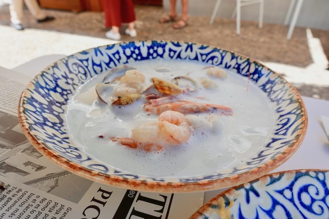 グラナダアルバイシン地区のバルのセビージャスープ