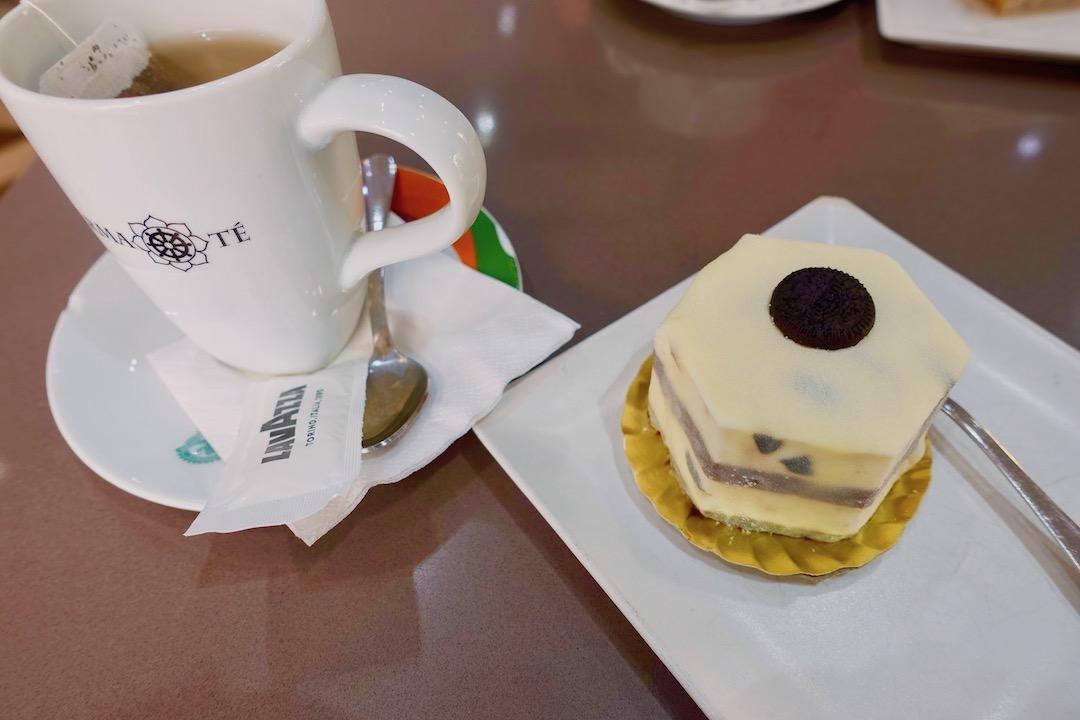 グラナダのカフェのケーキpuerta bernina