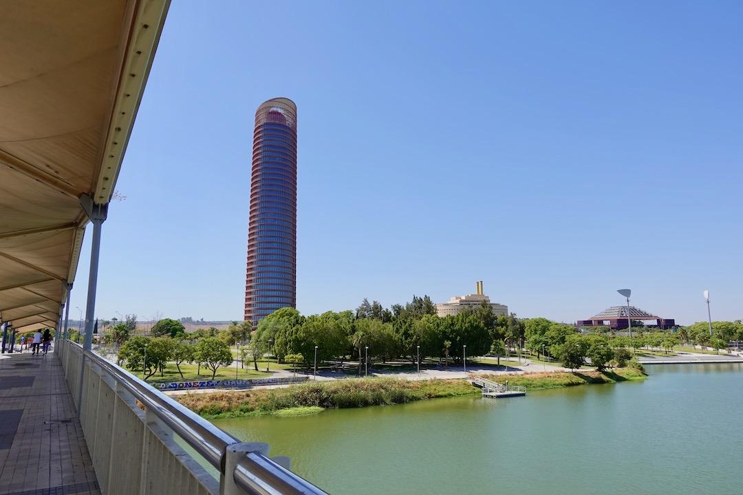 セビリアタワーとショッピングモール