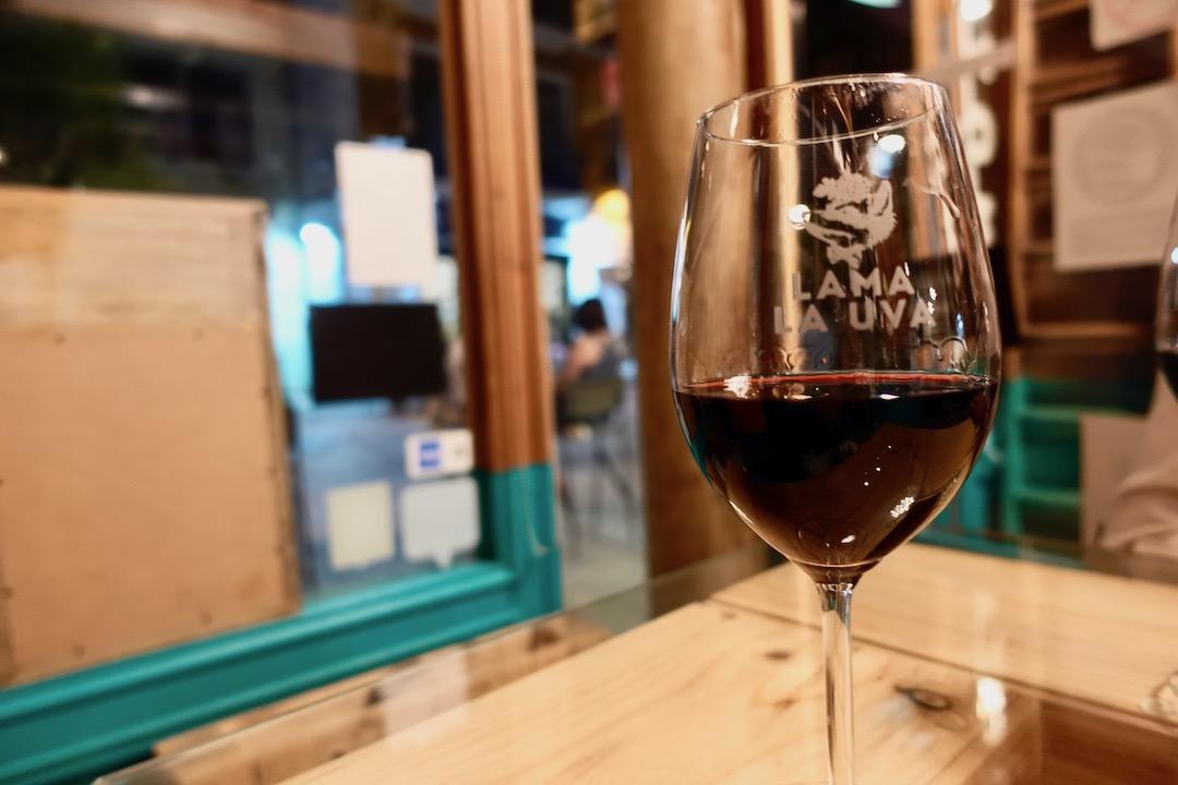 セビリアのワインバー「lama la uva」の赤ワイン