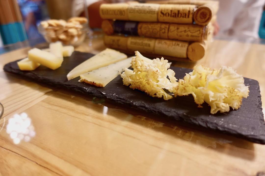 セビリアのワインバー「lama la uva」のチーズ盛り合わせ