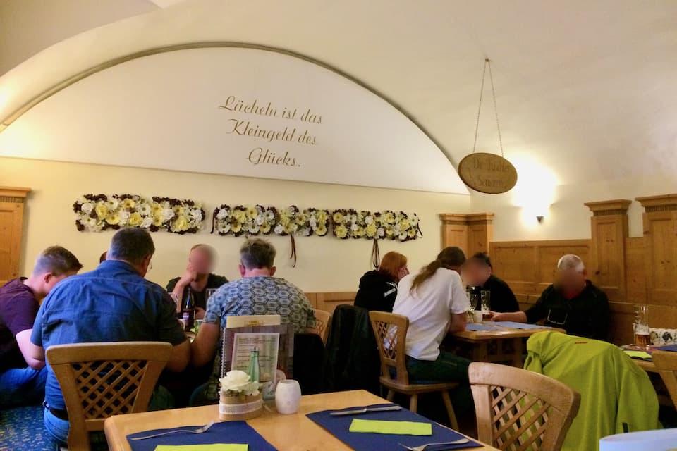 フシュル湖近くのカフェレストラン
