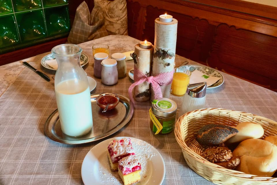 フシュル湖のホテルの手作り朝食